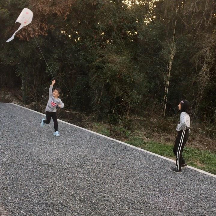 たこあげ(^O^)/学校で妹ちゃん凧🪁を作成❣️持って帰ってきて早速2人でたこあげ大会🪁走り飛ばし回るお2人さん(^O^)/#たこあげ#凧凧上がれ〜#走る走る