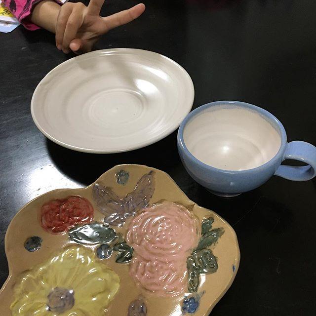 この間美山陶遊館で作ったお皿たち出来上がりました〜♫ 1️⃣娘ちゃん2️⃣妹ちゃん2人とも大喜び(≧∇≦) ありがとうございました〜 #美山陶遊館#日置市#フレンチ大好き#おぶぶちゃん (Instagram)